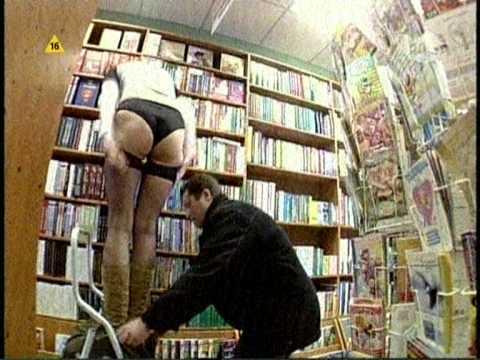 美麗的圖書館管理員裙子突然掉下來,到底應不應該幫她穿回去?