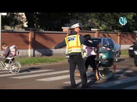 Rendőrök és polgárőrök segítik az általános iskolás gyerekek közlekedését