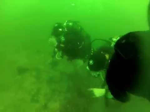 這女子在海底深潛時突然因恐慌症「脫掉了氧氣罩」,整個恐怖的過程全被攝影機錄下!
