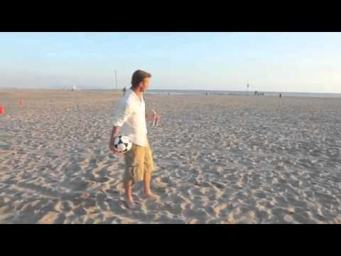 (影片)神奇射球!貝克漢沙灘超遠距離將球踢進桶內