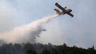 Sikerült megállítani a több mint egy napja tomboló erdőtűz terjedését hétfőn késő este a horvátországi Split városának határánál. Omis és Split között 4500 hektárnyi terület égett le, és 80 ember sérült meg, többségükben tűzoltók. A nehéz terepviszonyok miatt itt csak repülőgépekkel lehet oltani az erdőtüzeket, de azok egy ideig  nem tudtak felszállni az erős szél miatt. Split városában egész éjjel pánik uralkodott. A helyiek szerint az állam későn reagált; a tűzoltókat egy ideig nem váltották, …BŐVEBBEN: http://hu.euronews.com/2017/07/18/erdotuzek-tombolnak-horvatorszagbaneuronews: Európa legnézettebb hírcsatornájaIratkozzon fel! http://www.youtube.com/subscription_center?add_user=euronewsHungarianAz Euronews elérhető 13 nyelven: https://www.youtube.com/user/euronewsnetwork/channelsMagyar: Website: http://hu.euronews.com/Facebook: https://www.facebook.com/euronewsTwitter: http://twitter.com/euronewshu