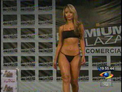 Linda modelo posando en tanga