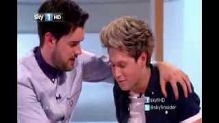 VÍDEO: ¡Niall Horan Mostrando Su trasero y Harry Styles Besa A Un hombre!