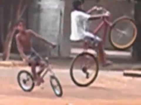 meninos da vila maria empinando de bicicleta