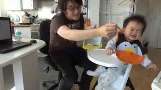 Уникално бебе яде само на 'Gangnam Style'