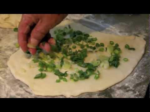 一直以為「蔥油餅」要自己動手做肯定很難,但看了這個老爺爺的秘技連料理白癡都覺得自己能成功了!