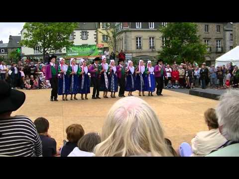 Breton dancing at the Fest Noz, Saint Pol de Leon, Brittany (видео)