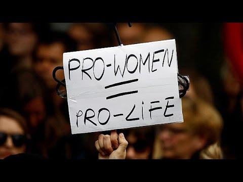 Πολωνία: Διαδήλωση κατά της απαγόρευσης των αμβλώσεων