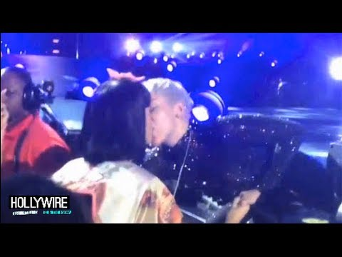 kisses - Miley Cyrus Kisses Katy Perry At Concert! (VIDEO) Subscribe to Hollywire | http://bit.ly/Sub2HotMinute Send Chelsea a Tweet! | http://bit.ly/TweetChelsea Fol...