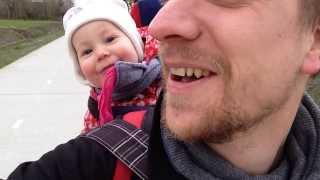 Zamierzał tylko nauczyć swoją córeczkę mówić 'tata' – a teraz cały internet pęka ze śmiechu!