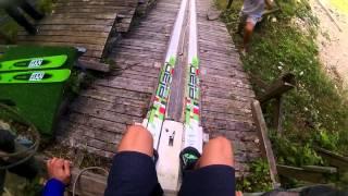 Na skoczni narciarskiej w krótkich spodenkach