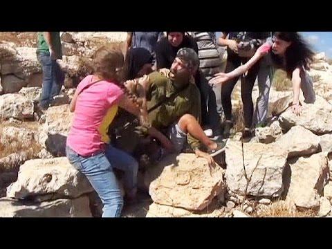 Δυτική Όχθη:Παλαιστίνιες απελευθερώνουν παιδί από Ισραηλινό στρατιώτη