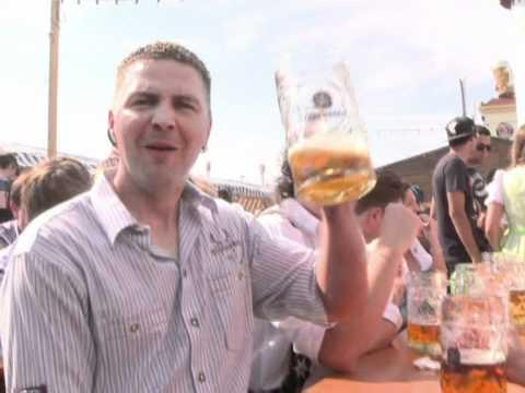 Les chopes s'entrechoquent, la Fête de la bière commence
