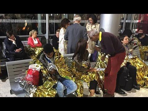 Σκηνές χάους στο eurotunnel από τους μετανάστες που πηδούν πάνω στα τρένα