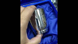 Глянцевый серебряный стакан