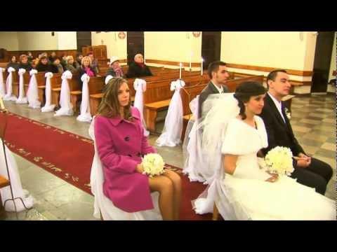 Ksiądz w kościele śpiewa Wielka miłość