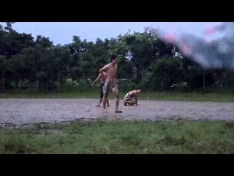 Bóng đá trời mưa, tuổi thơ bạn đã thử :))