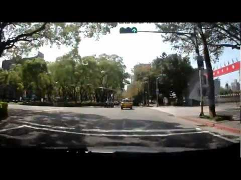 一台汽車狂追著摩托車,最後卻撞上路旁的車….