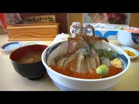 這隻在海鮮丼上的烏賊確實死了,但只要加一點醬油在上面…