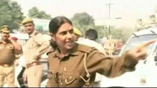 Video Woman constable creates scene when stopped for helmetless riding MP3, 3GP, MP4, WEBM, AVI, FLV Maret 2019
