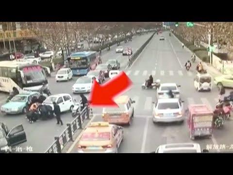 العرب اليوم - شاهد: مسنة تتعرض لحادث مرتين من نفس السيارة