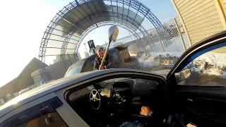 Разборки в Харькове: водитель лопатой разбил стекло машины оппонента