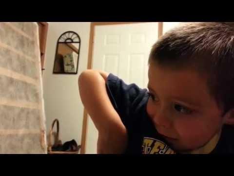 Un niño llora cuando su papá le juega una pequeña broma