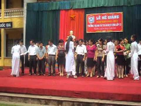 tặng quà các thầy - cô trong lễ bế giảng 2011-2012
