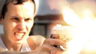 Как играют в видеоигры на улице, в реальности, друзья с пистолетами