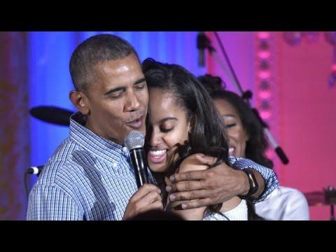 شاهد- أوباما يغني للمرة الثانية في عيد  ميلاده ابنته ماليا
