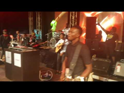 HUMBLESMITH HAD THE BEST PERFORMANCE AT PHYNOFEST 2016 IN ENUGU.