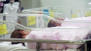 올 상반기 출생아 수가 처음으로 20만 명 아래로 내려갔습니다.통계청 조사 결과 올 상반기에 태어난 아기는 18만 8천여 명으로 1년 전보다 12.3% 급감했습니다.상반기 기준으로 봤을 때 20만 명 아래로 내려간 건, 비교 가능한 통계가 작성된 2000년 이후 이번이 처음입니다.하반기에도 이런 추세가 이어진다면 올해 출생아 수는 지난해 겨우 유지했던 40만 명은커녕, 낮춰 잡았던 36만 명도 불투명해질 것으로 보입니다.통계청 관계자는 주된 출산연령인 30대 초반 인구가 감소할 뿐 아니라 결혼이나 출산을 미루는 추세가 심해졌기 때문으로 분석했습니다.혼인 건수 역시 올 상반기 13만 8천여 건으로 1년 전보다 4.2% 감소해, 관련 통계가 작성된 이후 가장 최저로 떨어졌습니다.차유정 [chayj@Ytn.co.kr][YTN 사이언스 기사원문] http://www.ytnscience.co.kr/program/program_view.php?s_mcd=0082&s_hcd=&key=201708231604535473