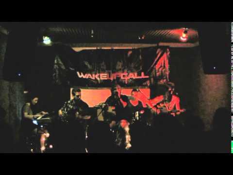 Tekst piosenki WakeUpCall - My Hero  (cover Foo Fighters) po polsku