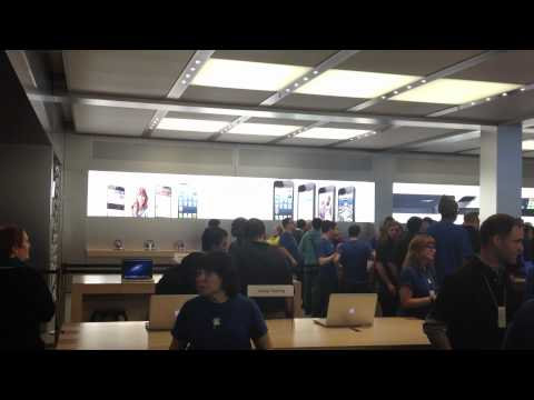 Apple store - MacMagazine na fila para o iPhone 5: http://macmagazine.com.br/2012/09/21/final-da-fila-entrada-na-apple-store-fifth-avenue-unboxing-e-primeiras-impressoes-d...