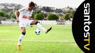 Durante o ensaio fotográfico do atacante Neymar, a Santos TV registrou alguns dos malabarismos feitos pelo craque. Confira!