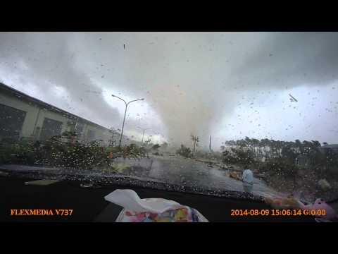 網友實錄:台南超強龍捲風,眼睜睜看前面的汽車被捲起!還有路人被捲過來?