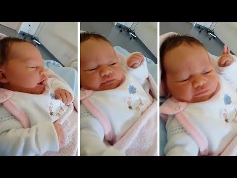 العرب اليوم - امرأة سوداء تثير الحيرة بعد إنجاب طفلة بيضاء بعيون زرقاء