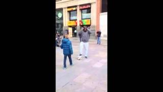 Cristiano Ronaldo spielt  verkleidet auf Madrids Straßen