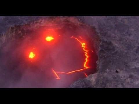 Lava uit lachende vulkaan stroomt in oceaan