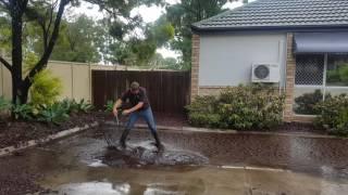 Jak spuścić wodę z całego podwórka w 1 minute? – Ten gość ci pokaże!