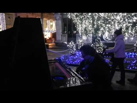 Il pianista torna a suonare a Como: eccolo tra i Balocchi