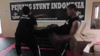 Video demo adegan fighting dan stunt.INI BUKAN SHORT MOVIE Thank you...Salam,Udeh Nanshttp://www.imdb.me/udehnans