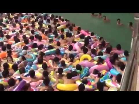 fareste mai il bagno nella piscina piu affollata del mondo?