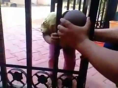 男童頭被閘門卡住,最後讓他脫困的方式太天才了!