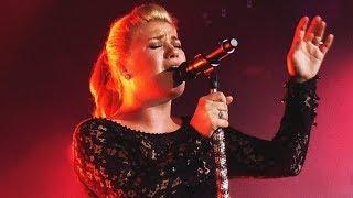 Video 10 Times Kelly Clarkson Forgot She Was Human! MP3, 3GP, MP4, WEBM, AVI, FLV Mei 2018