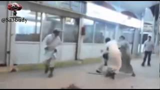 سعوديين  يعندون على يمني ويطعنونه - اخبار الساعة