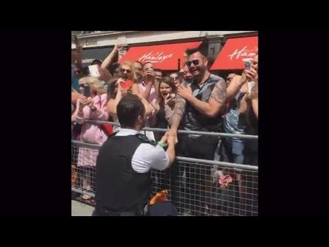 Este policía se saltó el protocolo y le pidió matrimonio a su novio en pleno desfile del Orgullo