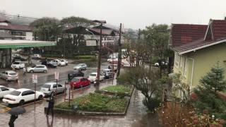 Neve fraca atingiu o centro de Gramado no começo da tarde desta segunda-feira (17 de julho)