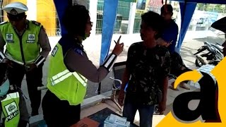 Video Lucu! Tak Terima Anaknya Ditilang, Bapak Ini Ngamuk Unjuk Foto Bareng Kapolda Jatim dan Ketua MPR MP3, 3GP, MP4, WEBM, AVI, FLV Mei 2017