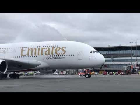 Linien-Airbus A380 von Emirates erstmals in Hamburg g ...